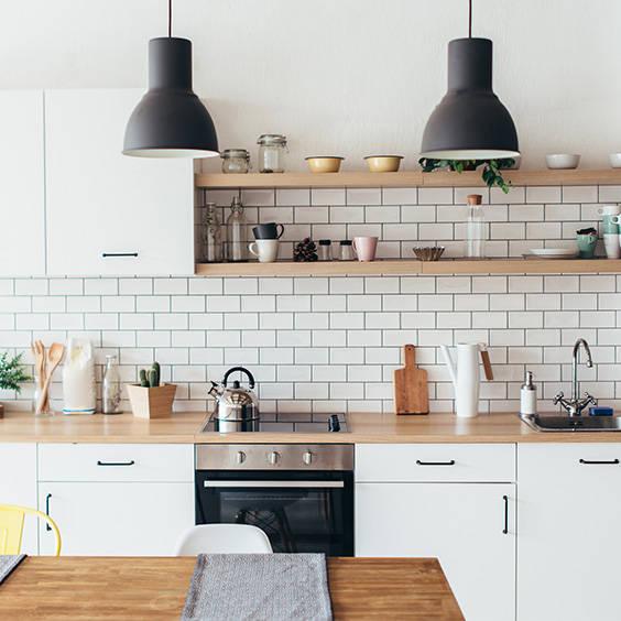 Białe meble kuchenne w różnych stylach.