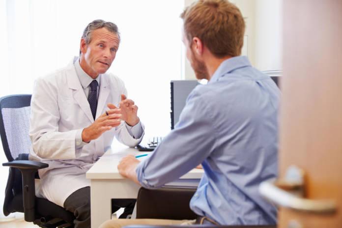 Pakiety medyczne - młody mężczyzna podczas wizyty u pani doktor.