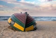 Noclegi Gdańsk Brzeźno – łódka na plaży